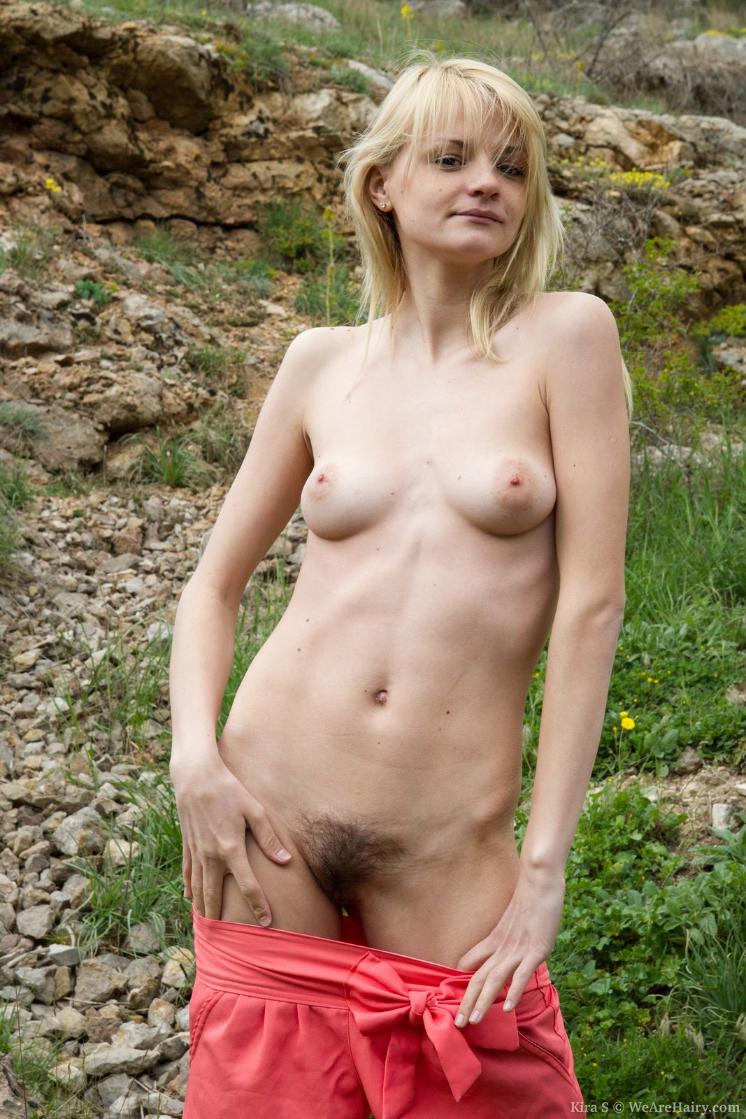kira s plays with her hairy pussy outdoors
